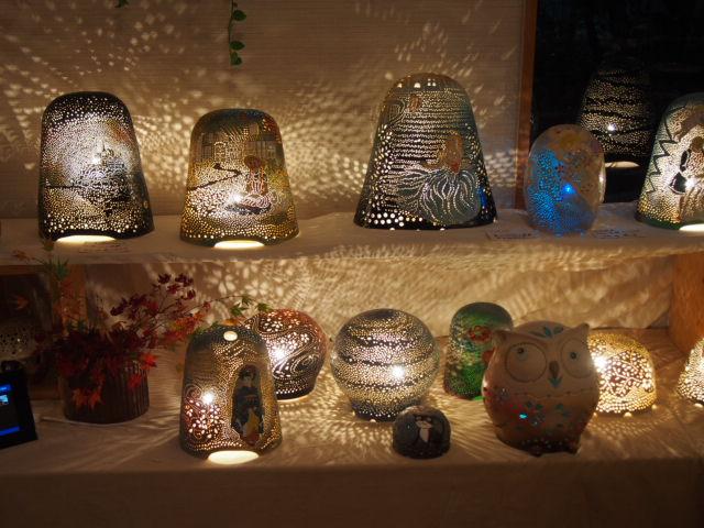 やす波窯の展示会の画像で、陶器の手作りランプシェードをたくさん展示しました力作ぞろいです。