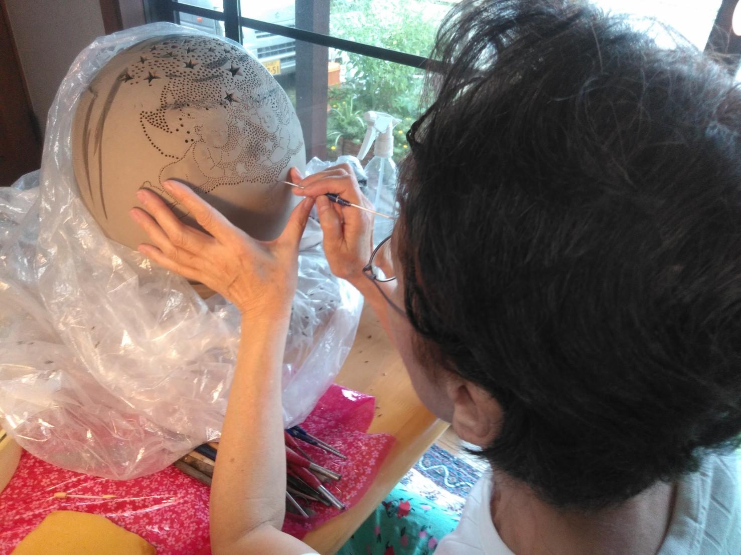 陶器ランプシェードの穴をポンスを使い、手彫している